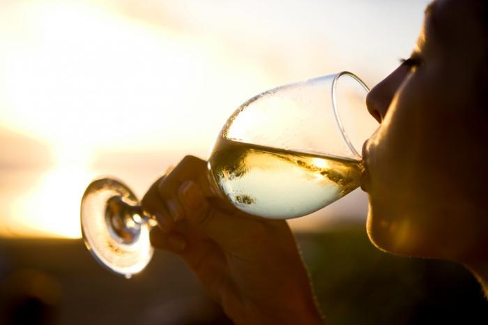Medical News Today: White wine, liquor may raise women's risk of rosacea