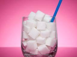 white sugar cubes - Hoeveel suiker zit er in je eten en drinken?