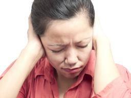 woman with headache behind the ear - Vijf effectieve essentiële oliën voor hoofdpijn