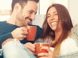 happy laughing couple - LANGDURIGE SEKSUELE RELATIE: WAT IS HET GEHEIM