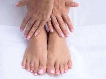 Cosa potrebbe causare formicolio ai piedi o alle mani?