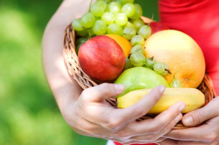 Woman-holding-fruits