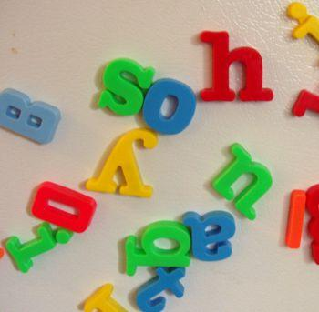 [Do coloured-letter toys lead to synaesthesia? ]